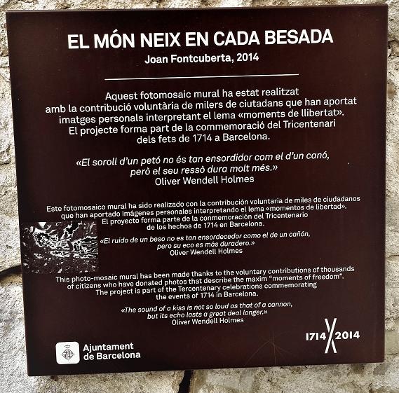"""Placa fotomosaico de Joan Fontcuberta """"El món neix en cada besada"""""""