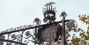 Murciélago, corona Aragón y escudo Barcelona Paseo Gracia.
