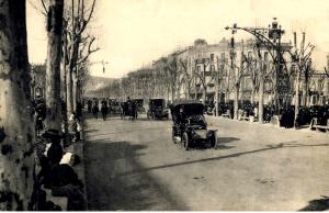 Paseo de Gracia con las farolas de Falqués y coches circulando.