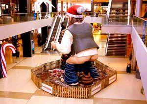 Caganer de espaldas centro comercial Maremagnum.