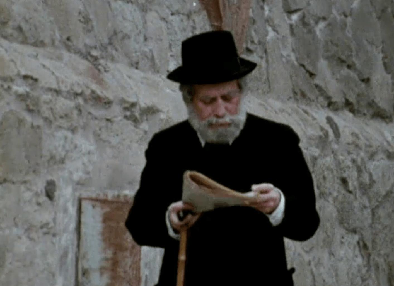 Gaudí leyendo las fuertes críticas hacía su trabajo.