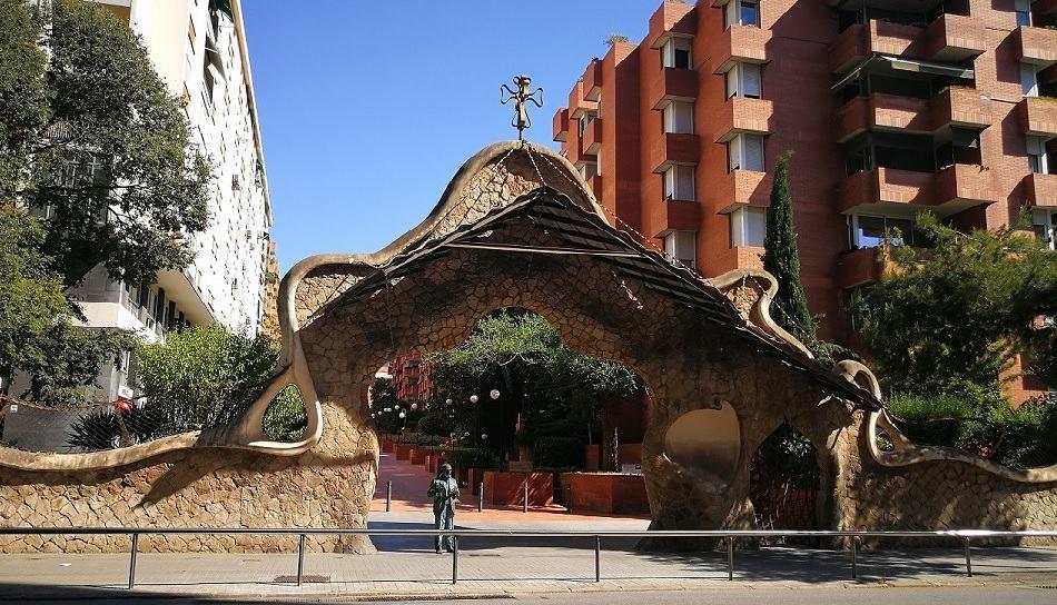 El Portal Miralles y la estatua de Gaudí